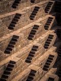 Escaleras múltiples en Chand Baori Stepwell en Abhaneri, la India Foto de archivo