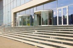 Escaleras modernas que llevan a un edificio de oficinas Ciérrese para arriba de la escalera de mármol Foto de archivo