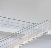 Escaleras modernas vacías de la oficina fotos de archivo