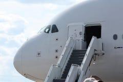 Escaleras para el aeroplano del embarque Imágenes de archivo libres de regalías