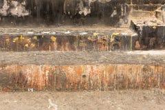 Escaleras para los sacrificios y las ofrendas con las hojas de oro imagen de archivo