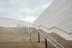 Escaleras pedregosas a las nubes - Fátima - ciudad espiritual en Portugal imagenes de archivo