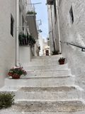 Escaleras pintorescas con las macetas en ciudad europea imagen de archivo