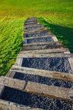 Escaleras que entran abajo la naturaleza imagenes de archivo
