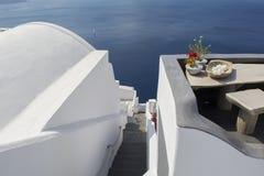 Escaleras que llevan abajo al mar de Aegan Oia, Santorini, Grecia Imágenes de archivo libres de regalías
