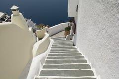 Escaleras que llevan abajo al mar de Aegan Oia, Santorini, Grecia Imagen de archivo