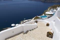 Escaleras que llevan abajo al mar de Aegan Oia, Santorini, Grecia Imagenes de archivo