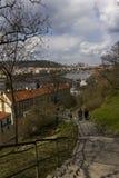 Escaleras que llevan abajo del parque de Vysehrad a los bancos del río de Moldava en Praga Fotos de archivo libres de regalías