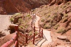 Escaleras que llevan abajo en el valle entre la montaña roja Imagen de archivo libre de regalías