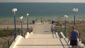 Escaleras que llevan al mar almacen de video