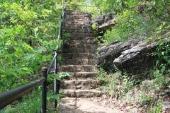Escaleras que llevan a la tierra llana foto de archivo