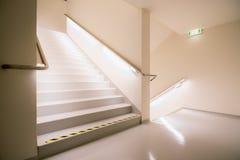 Escaleras que llevan o abajo con las luces brillantes Fotos de archivo libres de regalías