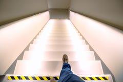 Escaleras que llevan o abajo con las luces brillantes Foto de archivo libre de regalías