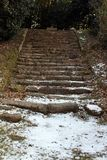 Escaleras que nievan viejas durante invierno Imagen de archivo libre de regalías