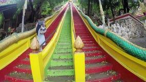 Escaleras que suben al último piso de Tiger Cave Temple Wat Tham Sua, provincia de Kanchanaburi, Tailandia almacen de metraje de vídeo