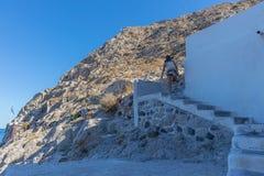 Escaleras que suben de la chica joven en la playa de Kamari fotos de archivo libres de regalías
