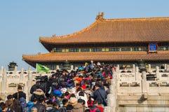 Escaleras que suben de la gente dentro de la ciudad Prohibida durante el Año Nuevo chino, Pekín, China Imagenes de archivo