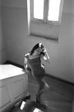 Escaleras que suben de la mujer Foto de archivo