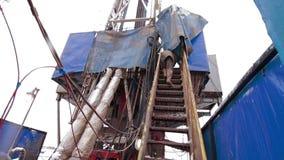 Escaleras que suben de una taladradora que perforan la plataforma petrolera almacen de video