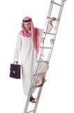 Escaleras que suben del hombre de negocios árabe en blanco Imagenes de archivo