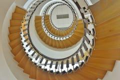 Escaleras que tuercen en espiral hasta el cuarto piso Imágenes de archivo libres de regalías