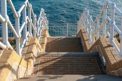 Escaleras que van abajo al mar Mediterráneo en la parte meridional de Gibraltar Imagen de archivo