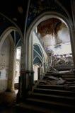 Escaleras quebradas en un castillo abandonado Imágenes de archivo libres de regalías