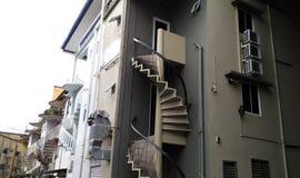 Escaleras redondas fuera de los edificios Fotografía de archivo