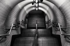 Escaleras subterráneos de Londres en blanco y negro Foto de archivo libre de regalías