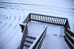 Escaleras a una calzada nevada Fotos de archivo