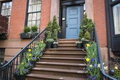 Escaleras a una entrada de un apartamento viejo, New York City Foto de archivo