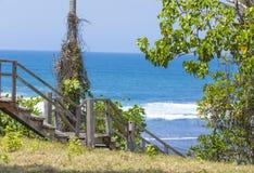 Escaleras a una playa tropical Imagenes de archivo