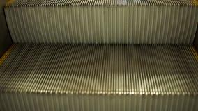 Escaleras vacías de la escalera móvil almacen de metraje de vídeo