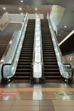 Escaleras vacías de la escalera móvil en una estación de tren Imagenes de archivo