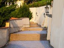 Escaleras viejas del castillo en el castillo de Praga Escalera medieval con las lámparas del vintage, Praga, República Checa Fotografía de archivo libre de regalías
