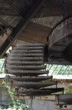 Escaleras viejas del hierro en un edificio abandonado Fotografía de archivo