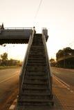 Escaleras viejas del paso superior en la ciudad fotografía de archivo