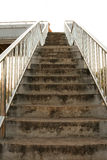 Escaleras viejas del paso superior en la ciudad foto de archivo