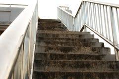 Escaleras viejas del paso superior en la ciudad Imagenes de archivo