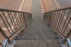 Escaleras viejas del paso superior en la ciudad imagen de archivo libre de regalías