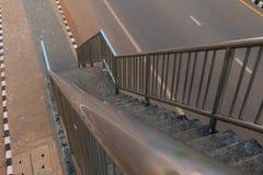 Escaleras viejas del paso superior en la ciudad fotos de archivo libres de regalías
