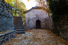Escaleras viejas en el parque cubierto con las hojas de arce amarillas Otoño concentrado Fotos de archivo libres de regalías