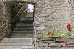 Escaleras viejas que llevan al camino fotos de archivo
