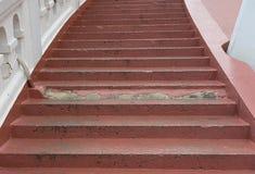 Escaleras viejas rojas en templo Foto de archivo libre de regalías