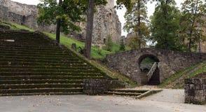Escaleras viejas y arco de piedra debajo de ruinas del castillo en la ciudad de Cesis, Letonia Imágenes de archivo libres de regalías