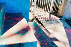 Escaleras y acera resistidas en la construcción de viviendas vieja Foto de archivo