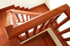 Escaleras y barandilla de madera Foto de archivo libre de regalías