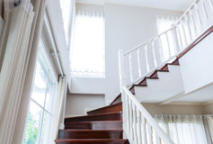 Escaleras y barandilla de madera interiores en fondo Foto de archivo libre de regalías