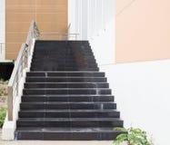 Escaleras y barandilla negras modernas del metal Fotos de archivo libres de regalías