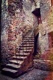Escaleras y casa de piedra viejas fotos de archivo